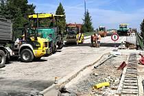 Na lyském nadjezdu a v okolí probíhají dokončovací stavební práce.