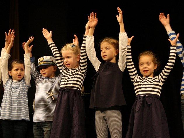 Základní škola Václava Havla v Poděbradech přivítala krásným programem v Divadle Na Kovárně prvňáčky.