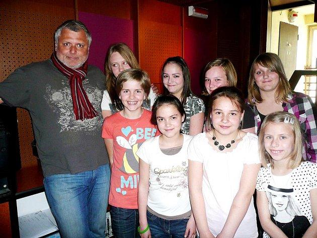 Poděbradské sboristky z Kvítku se zpěvákem Panchem ve studiu.