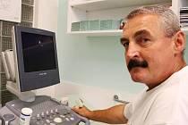 Doktor Mareš v nymburské ordinaci.