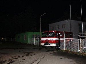 Hasiči a energetici zasahovali ve čtvrtek večer v areálu firmy AZOS