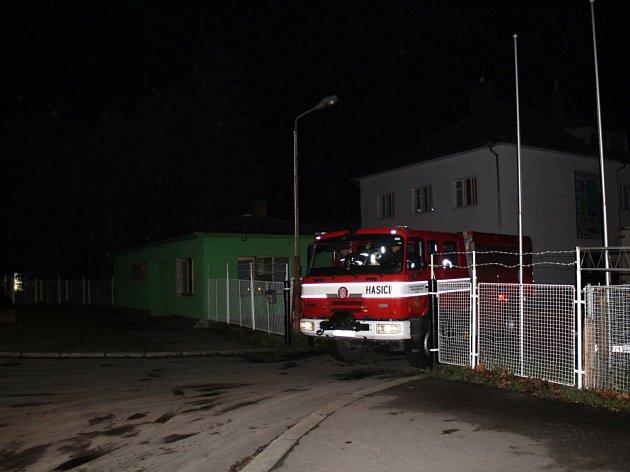 Hasiči a energetici zasahovali ve čtvrtek večer v areálu firmy AZOS na nymburském Zálabí. Hořela trafostanice.