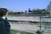 Prázdná plocha zbyla po zbouraném zimním stadionu.