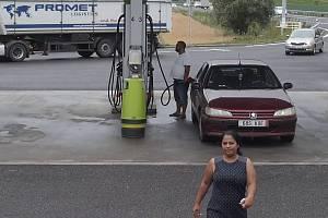 Policisté žádají o jakékoliv informace o ženě a autě na snímku.