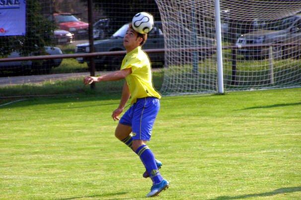 Sokolečský Vladimír Kára ukázal už na začátku zápasu, že to hlavou umí. Chvíli poté se mu povedlo hlavou vstřelit gól.