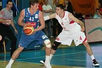 Basketbalisté Nymburka na své palubovce ve Sportovním centru porazili tým Cibona Záhřeb 76:69. Na výhře týmu se také podílel svým výkonem Petr Benda (v bílém)