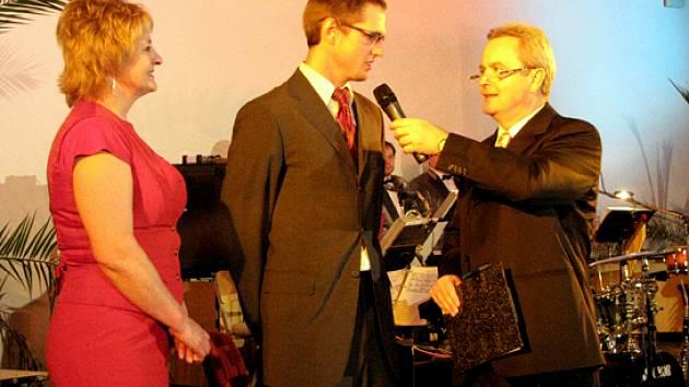Vítězem kategorie dospělých se stala veslařská dvojčata Jan a Ondřej Vetešníkovi. Na podium se dostavil Ondřej (uprostřed) se svojí maminkou Pavlou. Pochopitelně nechyběl ani rozhovor s Alexandrem Hemalou.