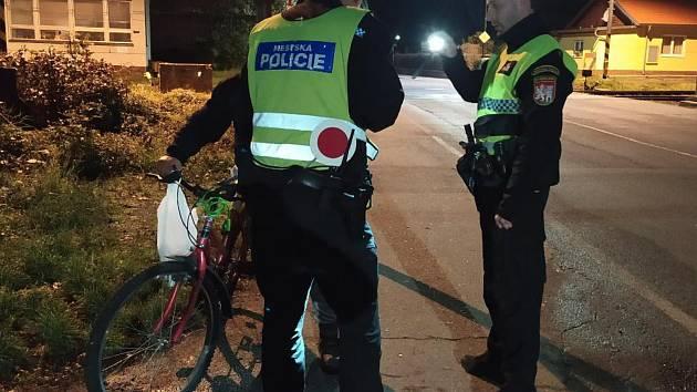 Z ranní akce strážníků na kontrolu cyklistů.