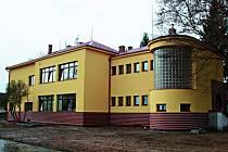 Budova školy v Bobnicích s novou fasádou a okny.