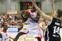 Z basketbalového utkání VTB ligy Nymburk - Riga (81:83)