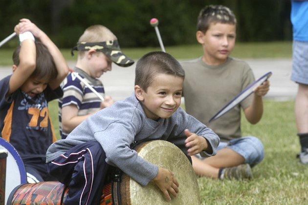 Poslední událostí v letošním školním roce v rámci Kořenů bylo včerejší hromadné bubnování sto dvaceti dětí prvního stupně na Jezeře.