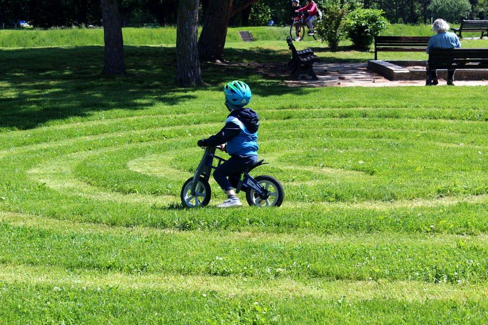 Bludiště na trávě v parku u hradeb si děti užívají.