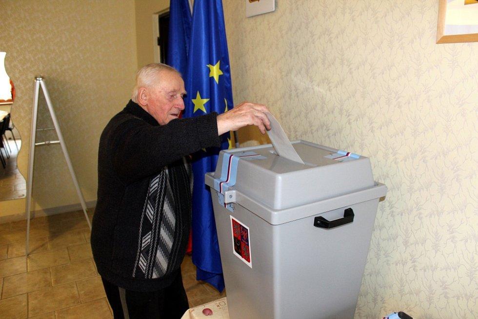 Volební místnost odemkla v Novém Dvoře přesně ve 14 hodin místopředsedkyně volební komise Hana Prokešová. Následně s dalšími členy zapečetili volební urny.