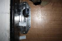 Vstupní dveře do bytu ve třetím patře panelového domu v Poděbradech, kde došlo k tragédii.