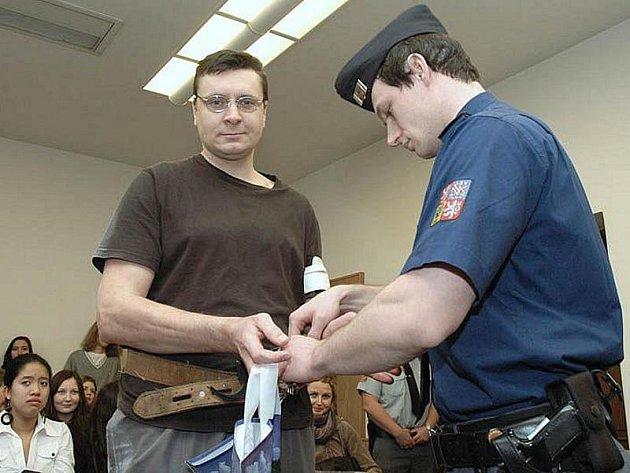 Jiří Cimbál u soudu v Praze, který mu zmírnil trest za vraždu poděbradské stopařky na 25 let.