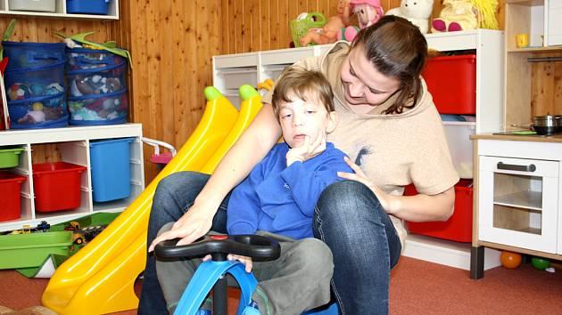 Toníček Soběslav je jedním ze tří dětí, na jejichž péči se podařilo Centru pro všechny získat individuální  grant od Nadace rozvoje občanské společnosti.