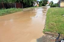 Voda s blátem se prohnala ve středu odpoledne Kounicemi.
