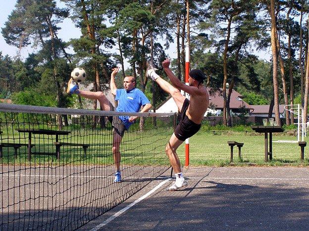 Na nohejbalovém turnaji trojic              v Pístech se nejvíce dařilo týmu Blekoti (hrají vpravo). Na štítu nechali          i Kotelnu, která nepostoupila mezi nejlepší čtyři.