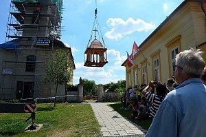 Báň se vrátila na špici kostela v Kostelní Lhotě.