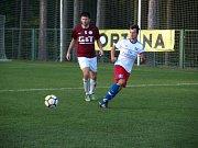 BEZ BODU. Fotbalisté poděbradské Bohemie (v rudém) prohráli ve Lhotě 1:4 a po šesti zápasech jsou stále bez jediného bodu.