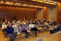 Publikum na představení Generelu pouliční dopravy v Obecním domě v Nymburce