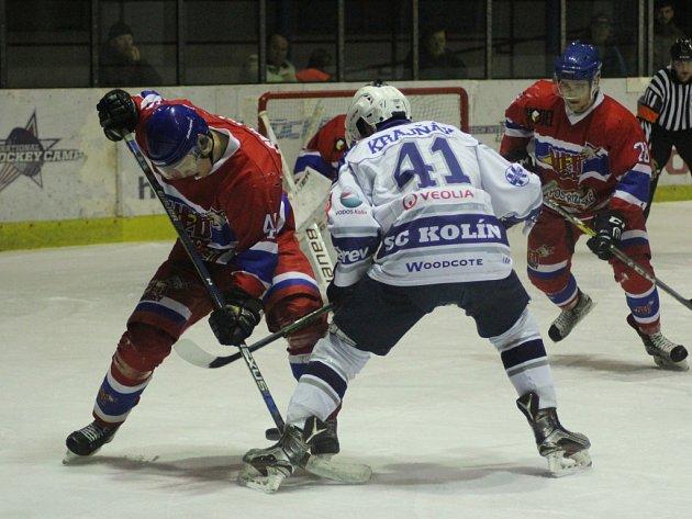DVA ZE TŘÍ vzájemných zápasů letošní sezony vyhráli hokejisté Nymburka, počtvrté změří síly s celkem Kolína ve středu. Budou se potřetí radovat nymburští borci?