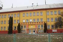 Milovická škola, v jejíž blízkosti se v posledních týdnech objevily podezřelé osoby.