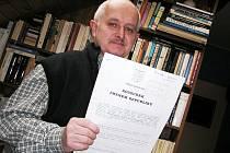 Ladislav Langr drží v ruce rozhodnutí soudu, ve kterém stojí, že s StB nespolupracoval. Najdete jej také na webu Volby pro Poděbrady.