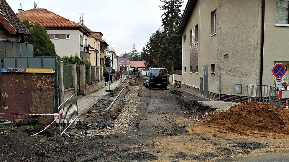 Rozkopaná ulice Československé armády v Poděbradech.