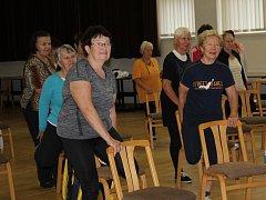 JÓGA BYLA JEDNOU Z AKTIVIT, které pro seniory připravila nymburská radnice ve Sportcentru v rámci akce Radnice seniorům k jejich významnému dni.