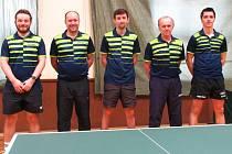 Úspěch. Stolní tenisté Sadské postoupili do druhé ligy. Zleva jsou Kyncl, Melíšek, Pych, Wagner, Vaculovič