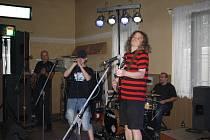 Kapela New Bells zahrála na festiválku v Odřepsích s novým zpěvákem Tommym.
