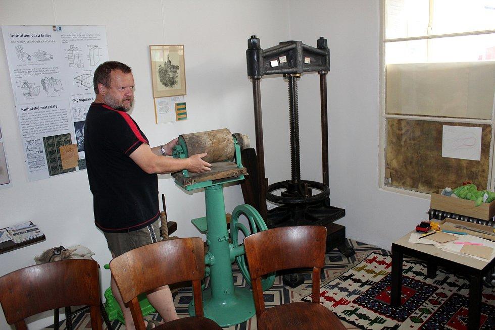 Workshop, při kterém si zájemci mohli zkusit postup při výrobě knihy, se konal v Muzeu klasického knihařství v Rožďalovicích.