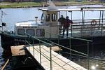 Loď Blanice jezdí často mezi oběma břehy bez pasažérů. Svůj provoz zatím neomezila.