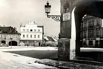 Příjezd do centra města od hlavního mostu přes Labe. Na podloubí opět přimontována krásná lucerna.