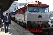 Novinky na železnici v nové turistické sezoně představili na pražském hlavním nádraží zástupci Českých drah, Středočeského kraje a Prahy. Jedním z hitů letošního roku se má stát větší využívání pamětnických dieselů zvaných bardotka.