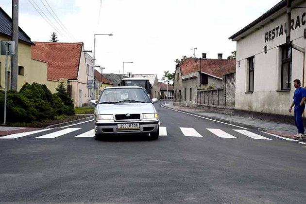 Křinečtí obyvatelé se dočkali nového ppovrchu silnice v ulici Chotusická.