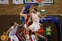 Z basketbalového utkání play off Nymburk – Jindřichův Hradec (87:51)