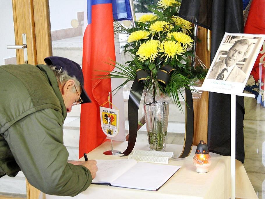 Lidé psali do kondolenční knihy na poděbradské radnici ještě v pátek kolem poledne.