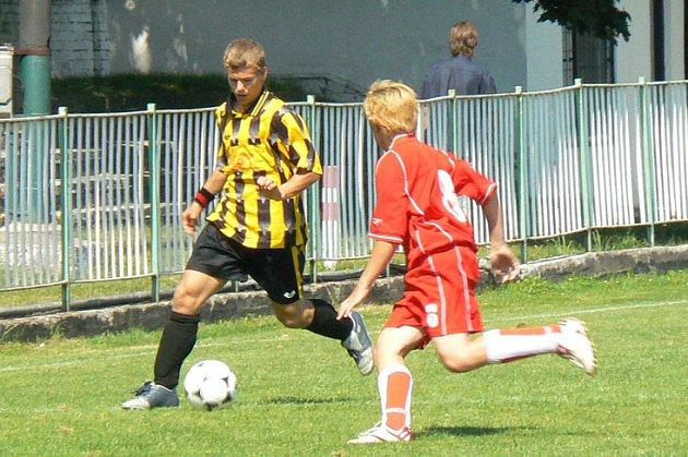 Mladší dorost Polabanu Nymburk (ve žlutočerném) porazil poděbradskou Bohemii 2:0.
