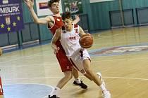 Talent. Nadějný slovenský basketbalista Dávid Novák (v bílém) podepsal s Nymburkem smlouvu v sedmnácti letech
