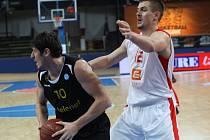 Košíkáři Nymburka (v bílém) sehráli další utkání Eurocupu s belgickým Oostende
