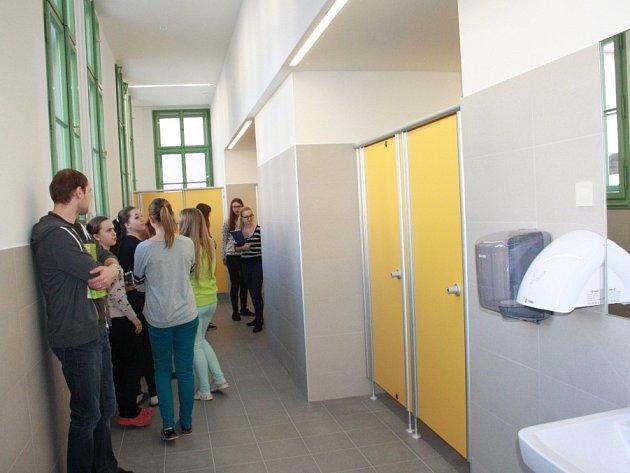 S více než osmiměsíčním zpožděním byla dokončena přístavba s dívčími toaletami na nymburském gymnáziu.