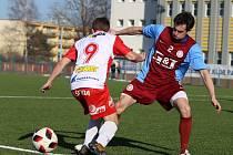 Fotbalisté poděbradské Bohemie (v rudomodrém) prohráli s divizní rezervou Pardubic 0:6.