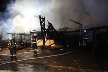 Požár v Kostomlatech zničil sklad podlahových krytin.