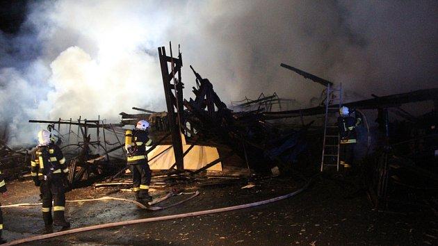 Oheň zničil sklad podlahových krytin v Kostomlatech
