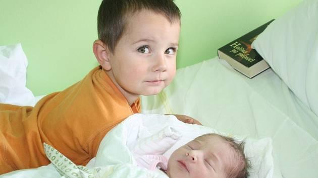 JAKUB A KAROLÍNA JSOU NOVÝMI SOUROZENCI. Karolína Studená se narodila 1. září 2013 ve 2.45 hodin. Po porodu vážila 3 350 g a měřila 50 cm. Doma je v Nymburce s maminkou Věrou, tátou Luďkem a tříletým bráškou Jakubem.