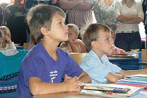 Na nymburské základní škole Letců R.A.F. došli prvňáci do svých tříd po motýlcích na dlažbě