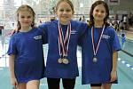 Daly o sobě vědět. Trojice nymburských závodnic vyrazila do příbramského bazénu. Nejúspěšnější byla Adéla Brázdová (uprostřed), která získala čtyři medaile. Dále závodily Otýlie Vetešníková (vlevo) a Adéla Fraňková