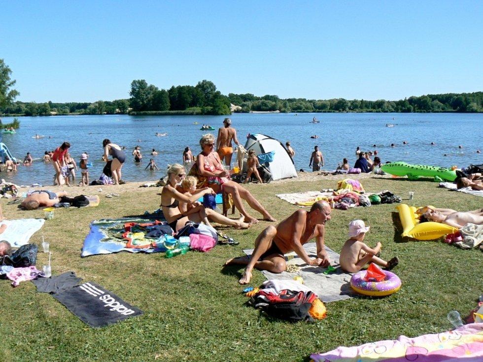 Jedna z dřívějších letních sezon na poděbradském Jezeře.